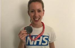 Guinness World Records rectifica y concede el récord a la enfermera que se negó a correr con falda y cofia