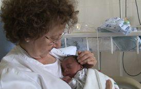 Enfermeras jubiladas practican como voluntarias el método canguro
