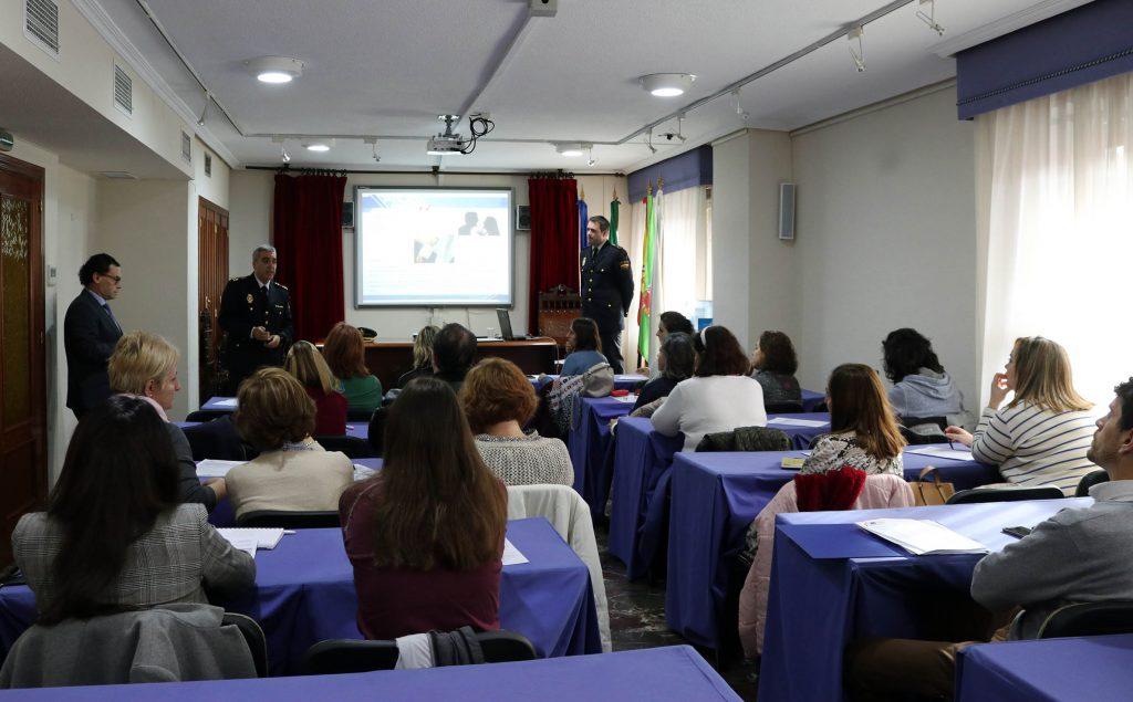 El Colegio de Enfermería de Jaén y la Policía Nacional realizan formación conjunta para prevenir agresiones y primeros auxilios