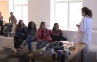 Estudiantes de auxiliar en enfermería aprenden en qué consiste el trabajo de una enfermera en el Hospital Universitario La Princesa de Madrid