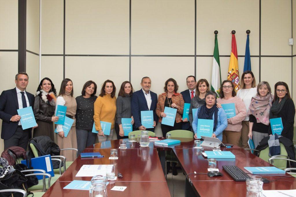 """Enfermeras estomaterapeutas andaluzas presentan a la viceconsejera de Salud el """"Libro Blanco de la Ostomía"""""""
