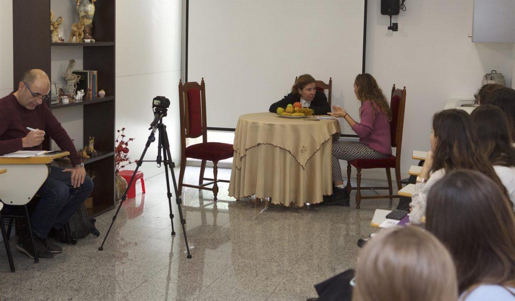 Estudiantes de enfermería de Alicante practican con actores cómo manejar la comunicación con los pacientes