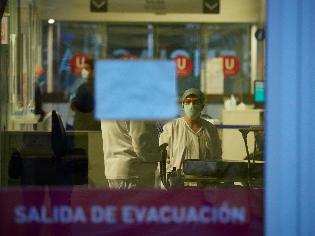 Los sanitarios infectados superan el 15% del total y suman 22.205