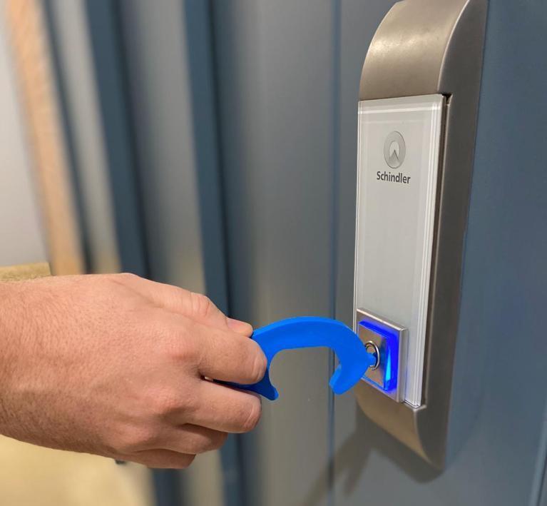 El Colegio de Enfermería de Navarra distribuye 100.000 dispositivos non-touch entre la ciudadanía para reducir el riesgo de contagio