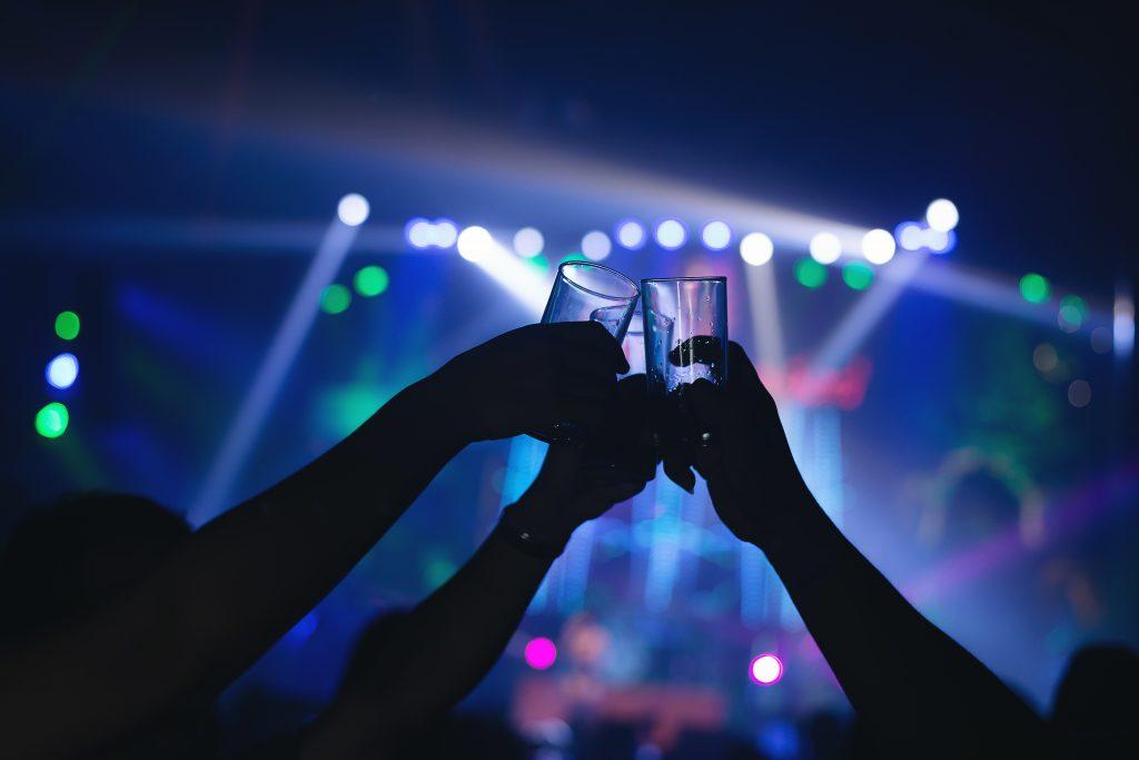 Sanidad prohíbe fumar en la calle y cierra las discotecas ante el avance del COVID-19