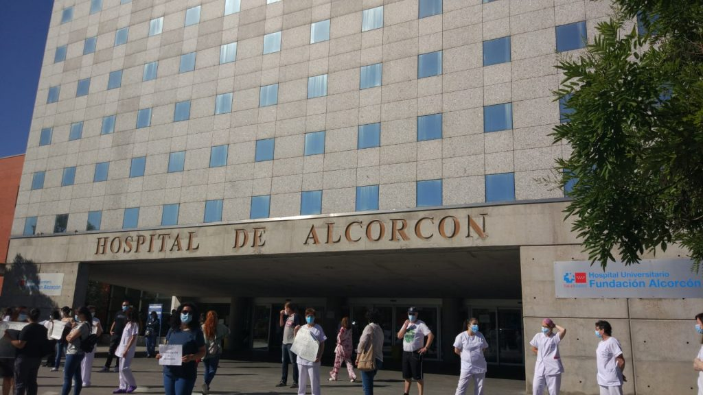 Los sanitarios del Hospital de Alcorcón protestan por el criterio de una OPE para cubrir plazas de interinos