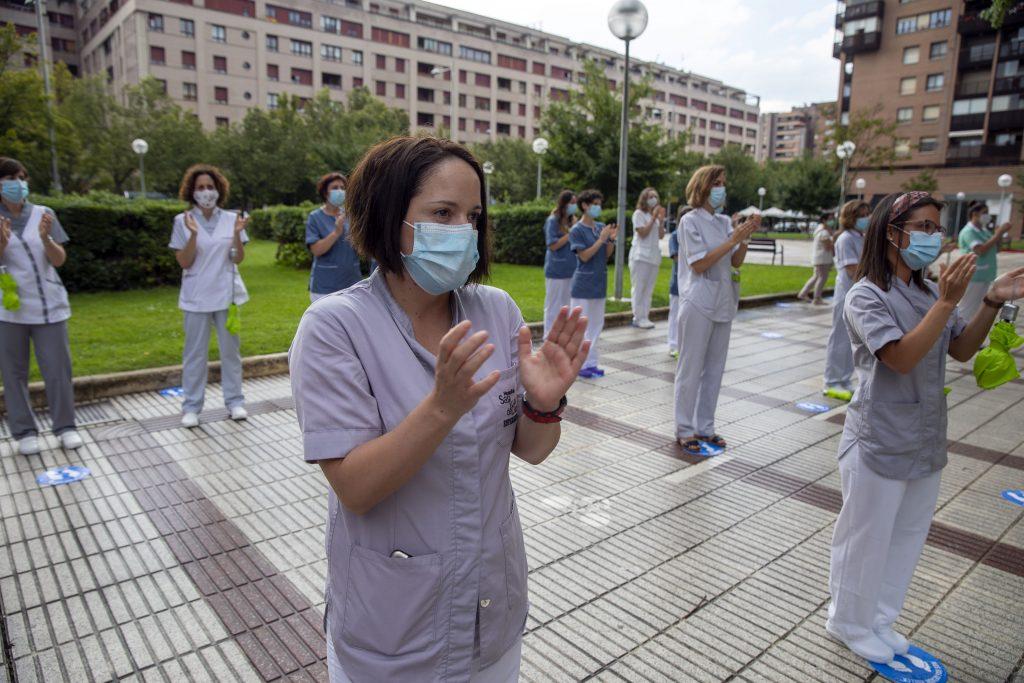 Las enfermeras navarras rinden homenaje a las personas fallecidas por COVID-19
