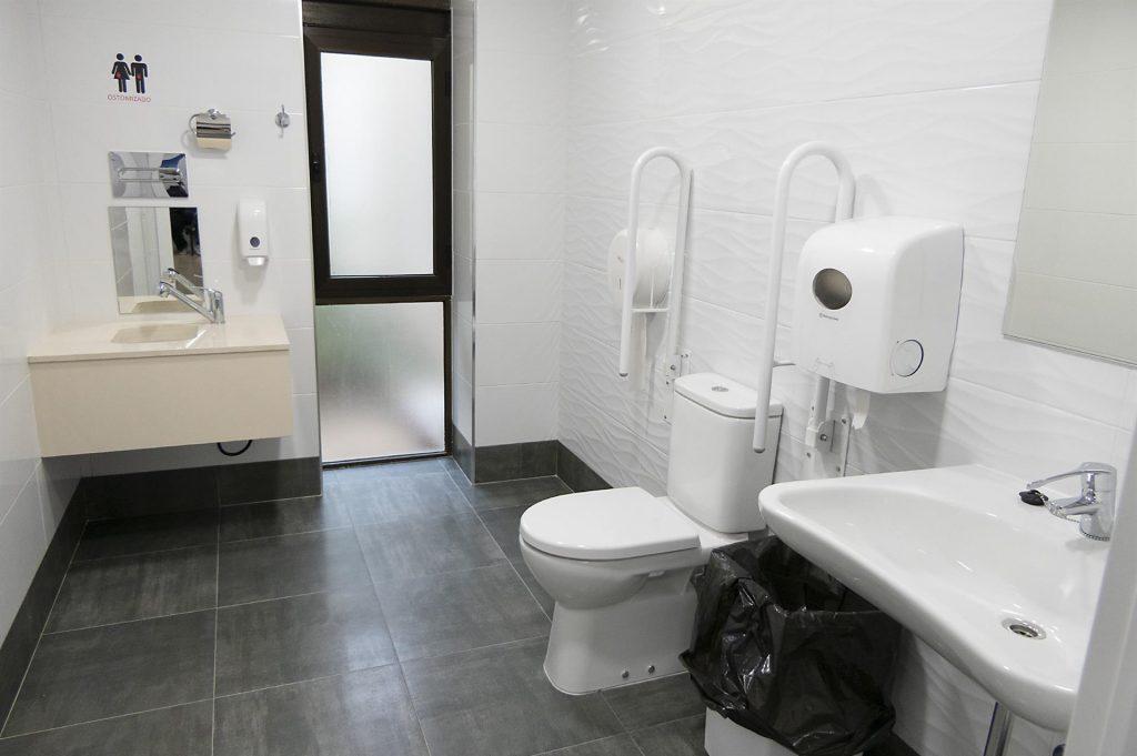 El hospital de Guadalajara ya dispone de un baño adaptado para personas con ostomías