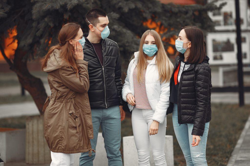 Sanidad y el Consejo de la Juventud abogan por concienciar a los jóvenes para evitar la transmisión del virus