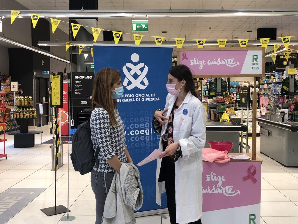 Enfermeras vascas se unen frente al cáncer de mama y salen a la calle para promover la autoexploración