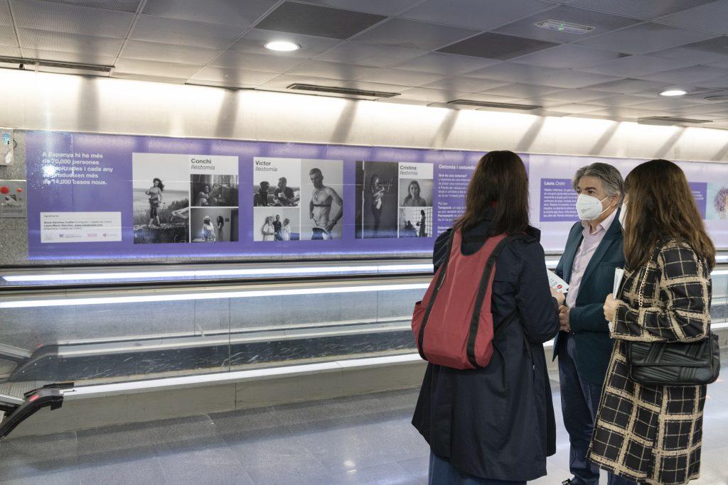 Una exposición homenajea a los pacientes de enfermedades intestinales en el metro de Barcelona