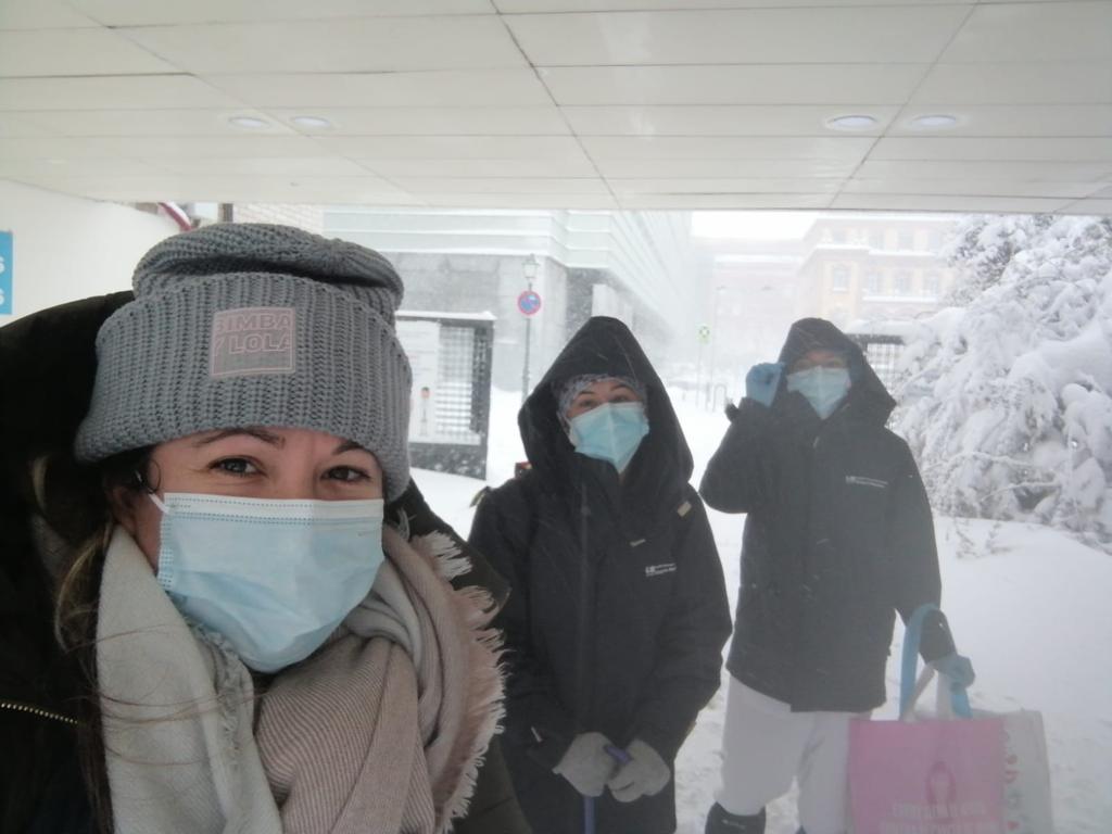 Enfermeras que recorren kilómetros andando sobre la nieve para cumplir con su trabajo