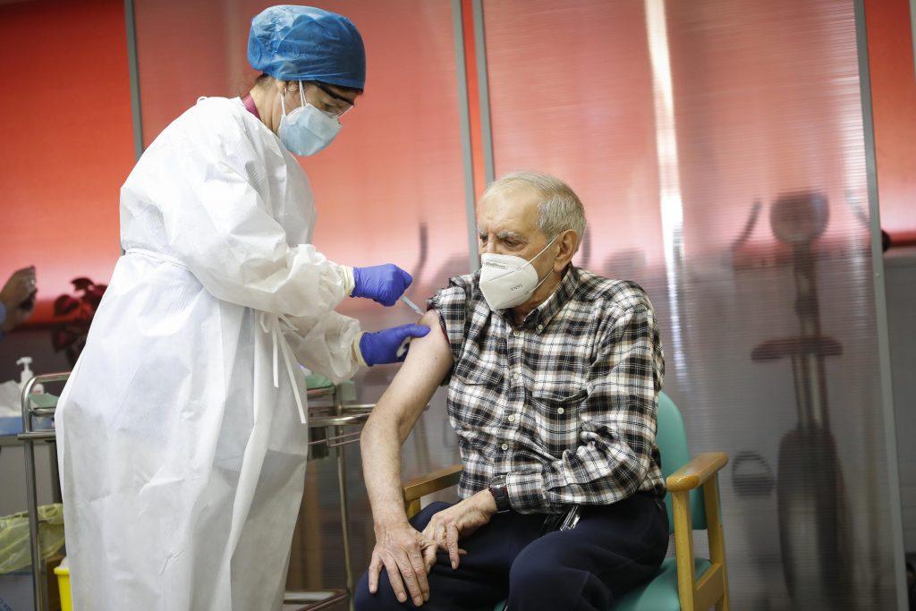 La Comunidad de Madrid contratará a enfermeras jubiladas para vacunar contra el COVID-19
