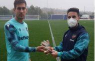 El Colegio de Enfermería de Valencia y el Levante UD sortean los guantes de Aitor Fernández para fomentar la donación de sangre durante la pandemia