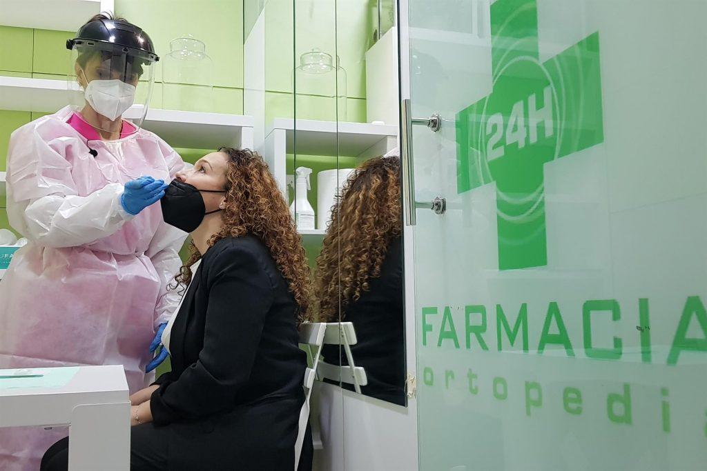 Madrid intenta cerrar el coladero de los test de antígenos en farmacia con un código