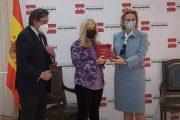 Los procuradores premian en el 8M a las enfermeras de Madrid