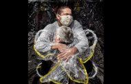 El abrazo de una enfermera, fotografía del año para el World Press Photo