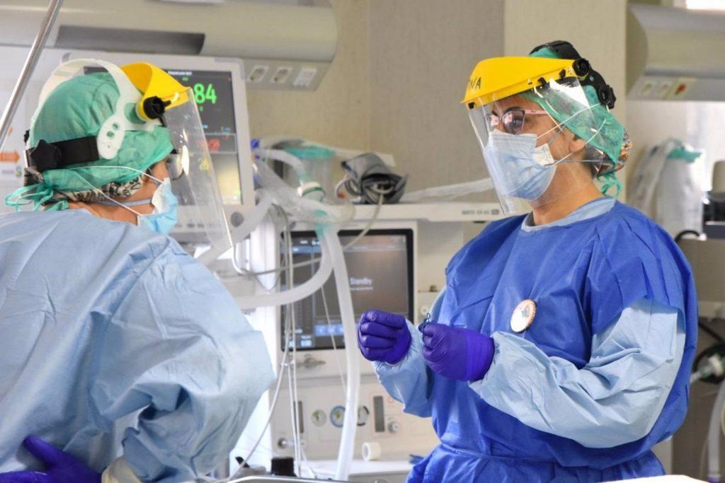 Las enfermeras corren mayor riesgo que nunca mientras afrontan la pandemia, desastres naturales, conflictos y agitación política