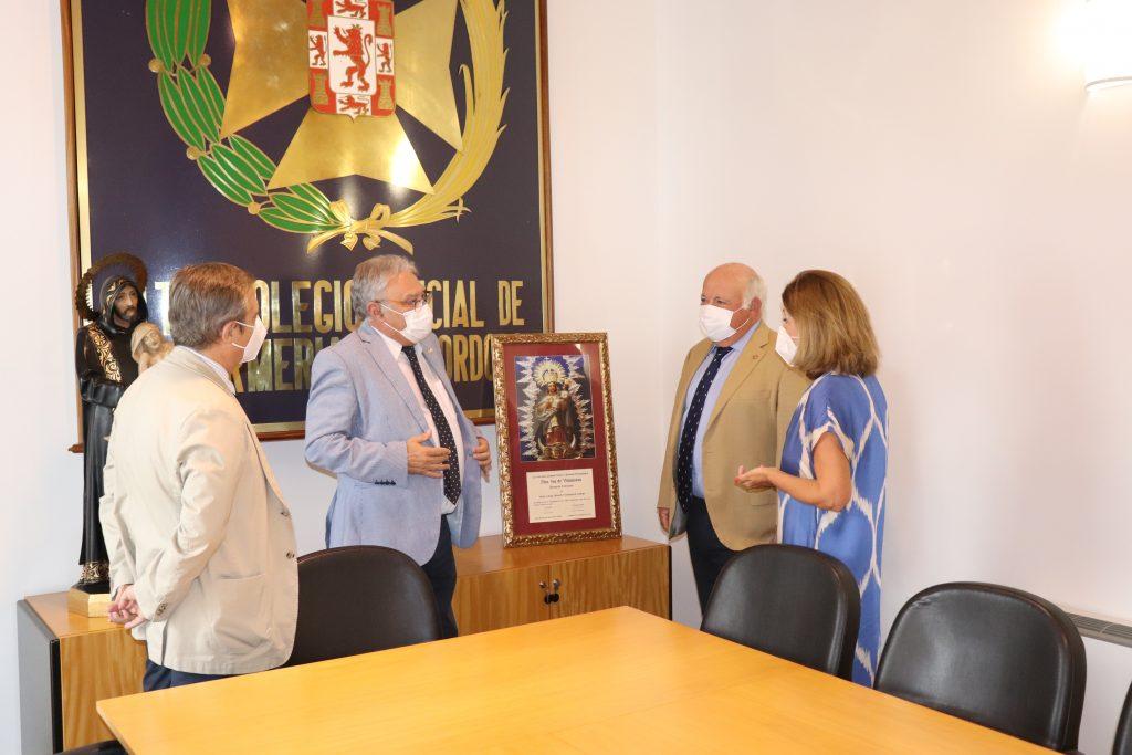 El consejero de Salud de Andalucía agradece el enorme trabajo de las enfermeras durante una visita al colegio de Córdoba