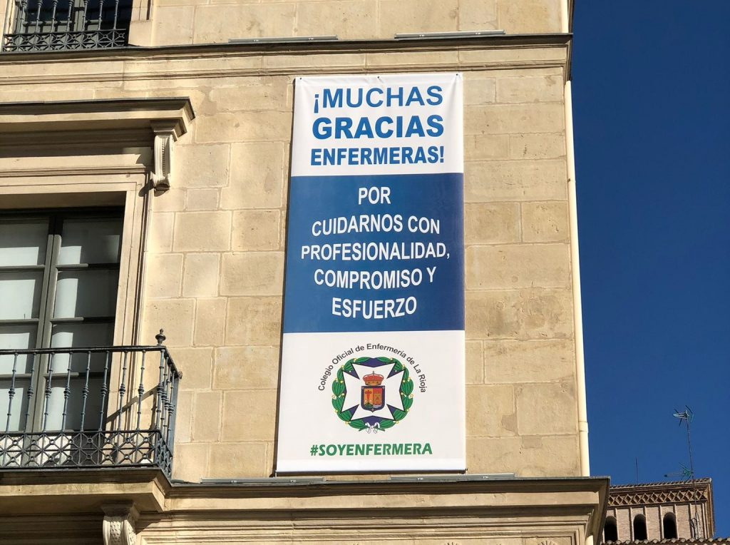 El colegio de La Rioja agradece el trabajo de las enfermeras con una lona gigante en el Palacio de Chapiteles